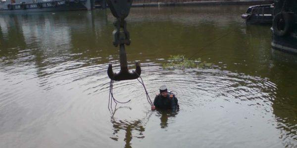 Vodolazy-krepyat-otrezannyj-fragment-betona-nahodyashchegosya-pod-vodoj