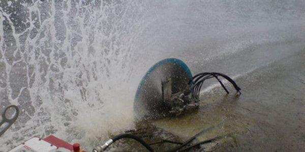 Process-rezki-stenoreznoj-mashinoj-pod-vodoj