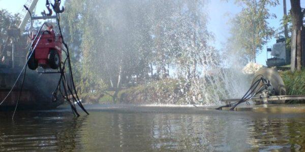 Stenoreznaya-mashina-pripodnyata-kranom-nad- vodoj