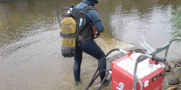 reska_betona_pod_vodoj_s_vodolazom