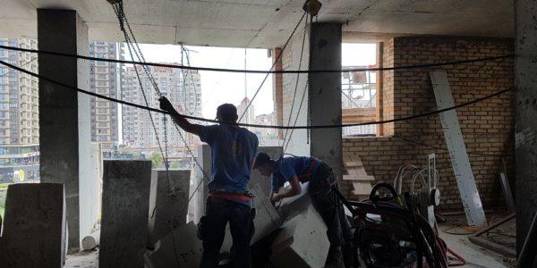 Demontazh-razrezannyh-chastej-betonnogo-parapeta